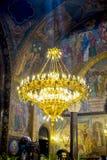 Guld- ljuskrona inom domkyrkan Royaltyfri Foto