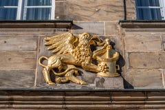 Guld- logo med mytiskt djurt apotek royaltyfri fotografi