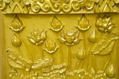 guld- lotusblommaskulptur Royaltyfri Foto