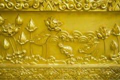 guld- lotusblommaskulptur Arkivbild