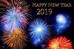 Guld märker det lyckliga nya året 2019 och exponerar av fyrverkerier arkivfoton