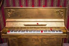 Guld målat piano royaltyfri fotografi
