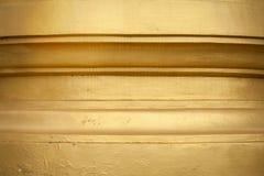 Guld- målning på skulpturpagodväggen royaltyfri bild