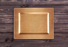 Guld- magasin på trätabellen royaltyfri bild
