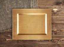 Guld- magasin på trätabellen royaltyfri foto