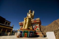Guld- Maitreya Buddhastaty i den Likir kloster Arkivbild