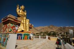 Guld- Maitreya Buddhastaty i den Likir kloster Arkivfoto