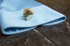 Guld- manschettknappar på klänningskjortan Arkivfoto