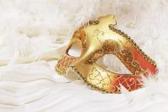 Guld- Mardi Gras eller karnevalmaskering på en vit bakgrund royaltyfri fotografi