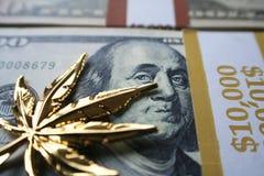 Guld- marijuanablad på högkvalitativa hundratals Royaltyfri Fotografi