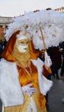 Guld- maskering med det vita paraplyet, i Venedig, Italien, Europa Fotografering för Bildbyråer
