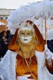 Guld- maskering med vita fjädrar, Venedig, Italien, Europa Royaltyfri Fotografi