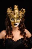 guld- maskeringsdeltagarekvinna Arkivfoton