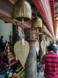 Guld- metall sätter en klocka på i yttersidan av den buddistiska templet i Bangkok, Thailand royaltyfria bilder