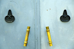 guld- metallblått i africa hem- och säkert PA för den gamla wood fasaden Fotografering för Bildbyråer