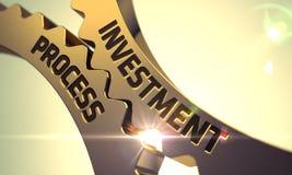 Guld- metalliska kugghjul med investeringprocessbegrepp Arkivfoton