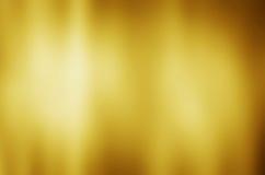 Guld- metalltexturbakgrund med horisontalstrålar av ljus Royaltyfria Bilder