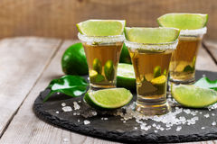Guld- mexikanskt tequilaskott Royaltyfri Bild
