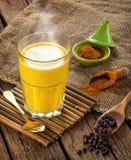 Guld- Milk som göras med gurkmeja Arkivbilder