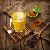 Guld- Milk som göras med gurkmeja Arkivfoto
