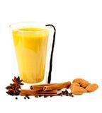 Guld- mjölka med kryddor Arkivfoto