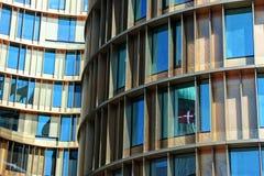 Guld- modern arkitektur Arkivfoto