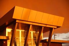 guld- modern solnedgång för arkitektur arkivbild