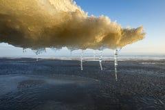 Guld- moln från smältande is med djupfryst vatten i vårdag Arkivbilder