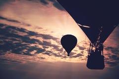 Guld- molnig himmel med ballonger för varm luft Royaltyfria Foton