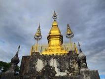 Guld- momument på överkanten av monteringen Phousi i Luang Prabang royaltyfri bild