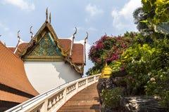 Guld- monteringstempel för trappa upp till i Bangkok Royaltyfri Foto
