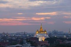 Guld- monteringstempel med solnedgång i Bangkok på skymning Wat Saket, Thailand Arkivfoton