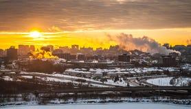 Guld- morgonsoluppgång över staden arkivbild