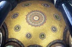 guld- mosaik för kupol Arkivbild
