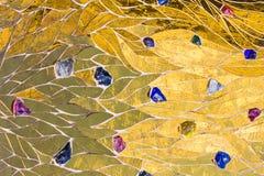 Guld- mosaik som dekoreras med kulör stenbakgrund Ljus briljant glansig metalli för skinande för gul guld textur för färg dekorat Arkivfoto