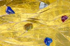 Guld- mosaik som dekoreras med kulör stenbakgrund Ljus briljant glansig metalli för skinande för gul guld textur för färg dekorat Arkivfoton