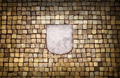 Guld- mosaikvägg med det tomma emblemelementet Royaltyfria Bilder