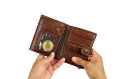 Guld- mynt av bitcoin i brun läderhandväska som isoleras Royaltyfri Fotografi