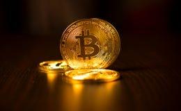 Guld- mynt av bitcoins på en kontorstabell på en mörk bakgrund royaltyfria bilder