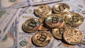 Guld- mynt av faktisk valutabitcoin De är på bakgrunden av dollar Bild med grunt djup av fältet Fotografering för Bildbyråer
