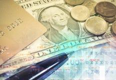 Guld- mynt för pengarbunt med besparingen för affärsinvestering Arkivfoton