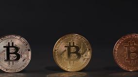 Guld- mynt för silver- och bronsBitcoin cryptocurrency på en svart bakgrund arkivfilmer