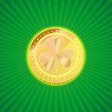 Guld- mynt med bilden av treklöverväxt av släktet Trifolium på en tappningbakgrund Beståndsdel av designen för dag för St Patrick Royaltyfria Bilder