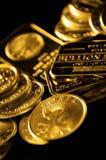 Guld- mynt och guldtacka för rikedom fotografering för bildbyråer
