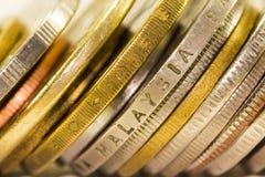 Guld- mynt och mynt som staplas på de ondifferent positi Royaltyfria Foton