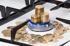 Guld- mynt på gasspisen fotografering för bildbyråer