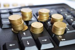 Guld- mynt på tangentbordet, affärsidé royaltyfri bild