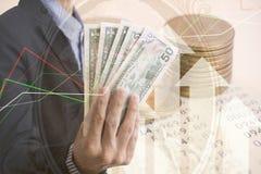 Guld- mynt pengar för dubbel exponering och grafekonomi royaltyfria bilder