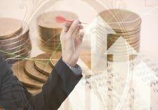 Guld- mynt pengar för dubbel exponering och grafekonomiinvestering royaltyfria bilder
