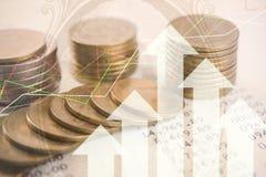 Guld- mynt pengar för dubbel exponering och grafekonomiinvestering royaltyfria foton